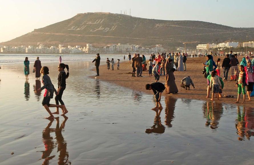 Marokkolaisperheet viihtyvät sunnuntaisin Agadirin pitkällä ja leveällä hiekkarannalla.