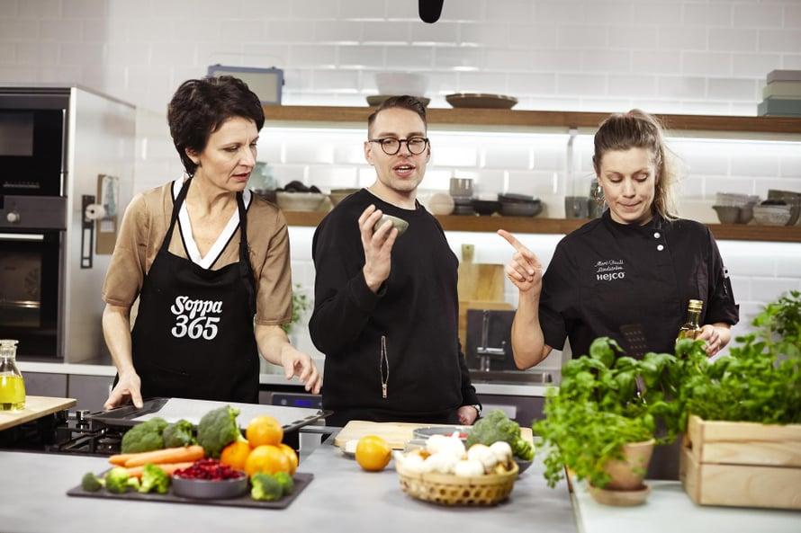 Chrisse, Matti Tiensuu ja Meri-Tuuli Lindström käyvät läpi tv-kokkauksen vaiheet.