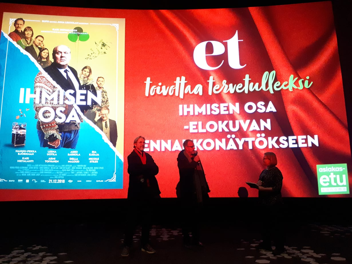 Ohjaaja Juha Lehtola (kesk.) ja näyttelijä Asko Sarkola kertoivat Ihmisen osa -elokuvasta ET:n lukijoille. Toimittaja Pia Hyvönen haastatteli Lehtolaa ja Sarkolaa.