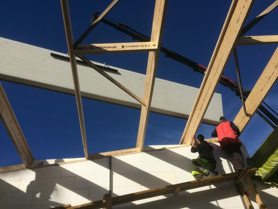 Ensimmäinen kattoelementti nousee paikalleen.