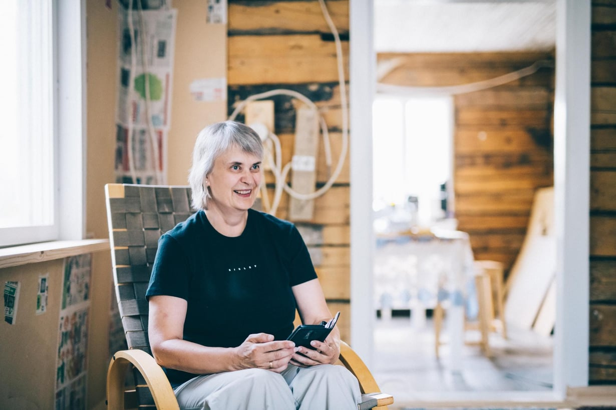 """""""Kun suunnittelen menoni, en tingi oikeastaan mistään. Voin harrastaa kaikenlaista, tehdä omia käsitöitäni, rakentaa mökkiä, kuopia puutarhaa ja kutsua ystäviä kylään"""", Margit Mannila kertoo."""