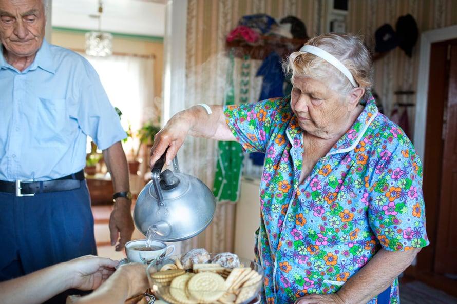 Santeri ja Sandra Moltsin keittävät joka aamuksi tsajua.