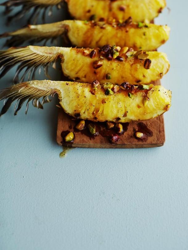 Kata pöytään terävät veitset ananaksen leikkaamiseen.