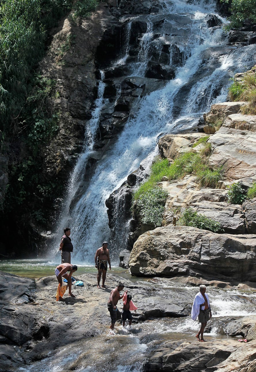 Vesiputous Elian kylän lähistöllä kutsuu virkistäytymään.