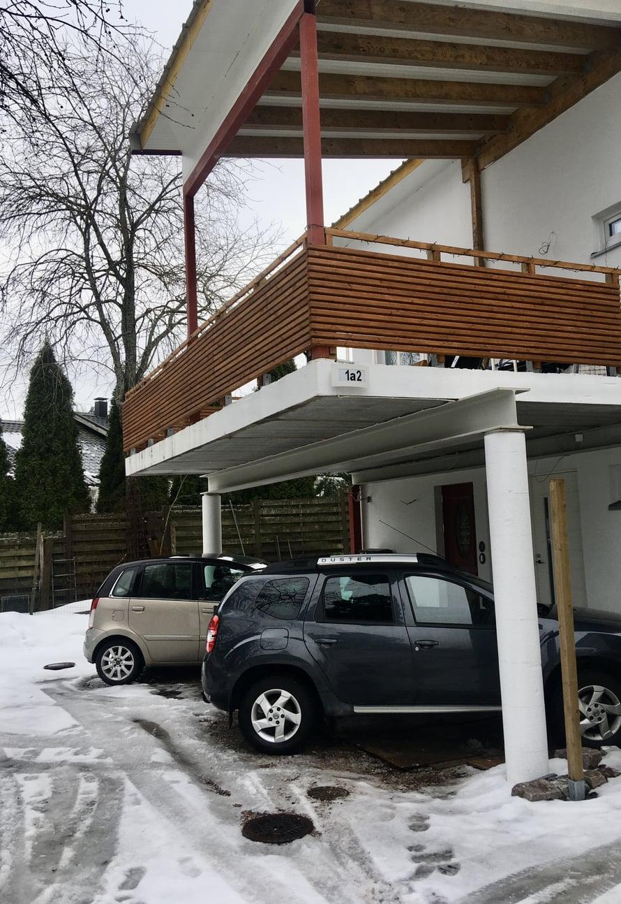 Talvi paljasti, että autopaikan sivuille täytyy vielä asentaa rimoitus estämään lumen pöllyämistä autojen päälle.