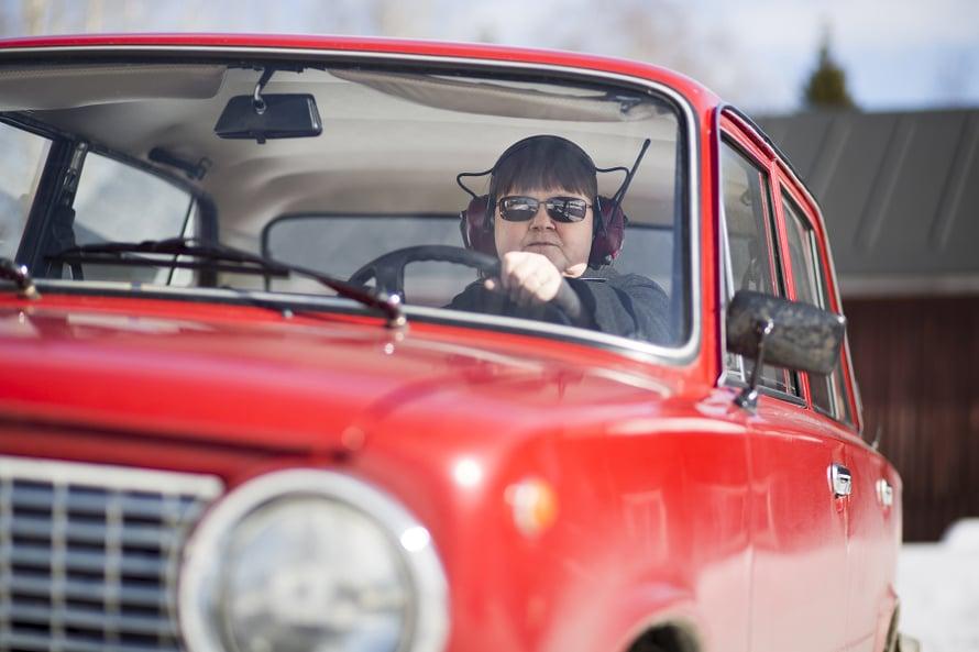 Mansikilla pitkin poikin pohjoista Suomea. Nyyskä kuuntelee Ladassaan radiota kuulokkeilla.