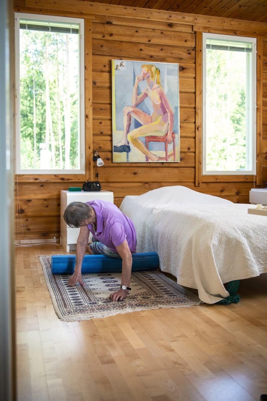 Leena Airaksinen jumppaa joka aamu. Pilatesrulla tuo helpotusta kipuilevalle selälle.