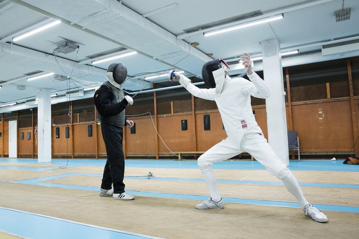 Valkoinen miekkailupuku otettiin aikoinaan käyttöön voittajan määrittämisen helpottamiseksi. Myös valmentajien opetusasun musta väri on jäänne menneiltä ajoilta.