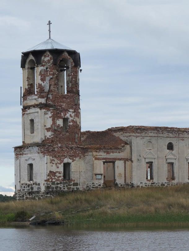 Venäjällä ruma ja kaunis usein yhdistyy. Mäeltä avautuu upea maisema Laatokalle asti, mutta kun katsoo toiseen suuntaan, näkee Salmin kirkon lohduttomat rauniot, joista kasvillisuus puskee läpi.