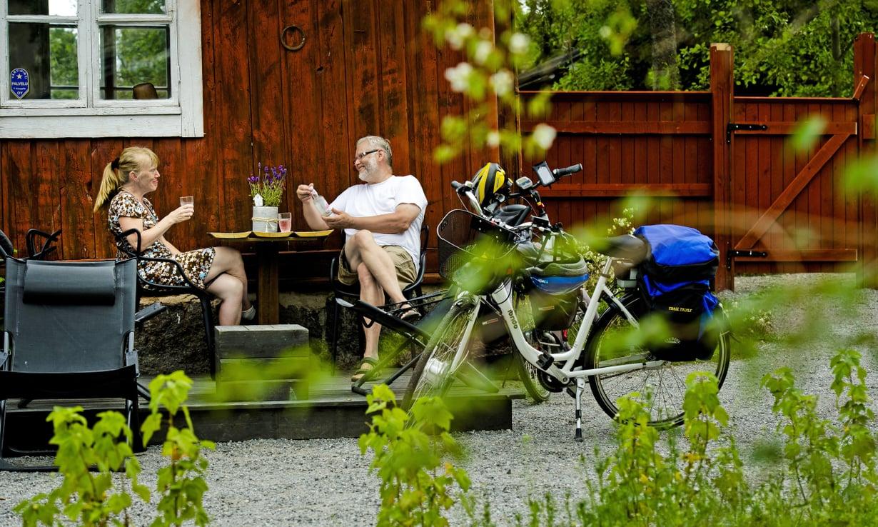 Reija ja Börje viettivät urheilua ja kulttuuria yhdistävän miniloman pyöräillen. Skorpanin kahvilassa Pietarsaaressa pidettiin tauko.