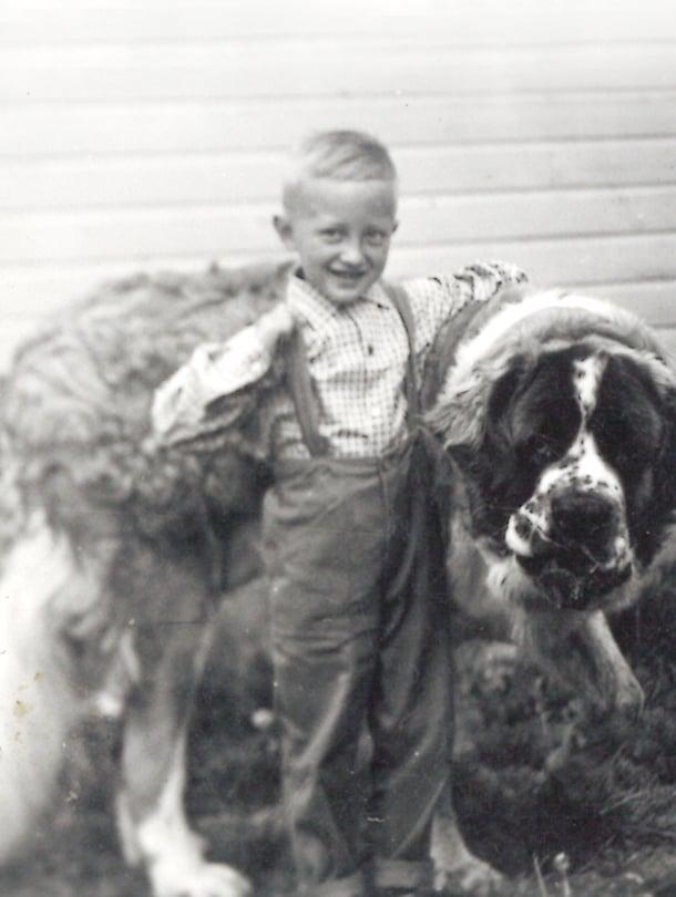 Pikku-Kari on tädin kanssa Ramses-koiralla kylässä Simpeleellä.  – Olin jo pienestä pitäen rohkea menijä. Ehkä siksi olen tehnyt vuosikymmeniä myös matkaoppaan töitä.