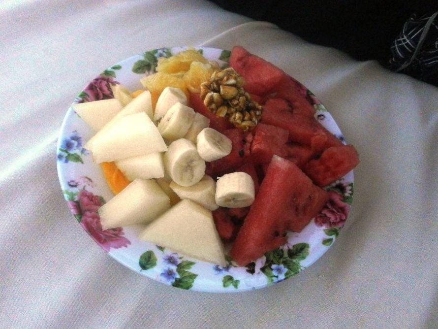 """""""Ihana, tuoreista hedelmistä koostuva aamupalani rannalla, aurikoisessa Gambiassa. Tässä länsi-Afrikkalaisessa hymyjen maassa, omassa lempikohteessani, rannalla kulkee useita näitä ns. """"fruit ladyjä"""" Heiltä saat helposti listalta valita omat lempihedelmäsi sekä annoksen koon. Kun olet asettautunut mukavasti aurinkotuoliin (tai cabanaan), eteesi tuodaan lautasellinen valmiiksi kuorittuja ja paloiteltuja maistuvia luonnonantimia. Hinta ei myöskään päätä huimaa. Mikäs sen parempaa kuin nauttia näitä herkkuja, ihastella paratiisimaisia maisemia ja kuunnella valtameren aaltojen huminaa. Paras aloitus päivälle!"""""""