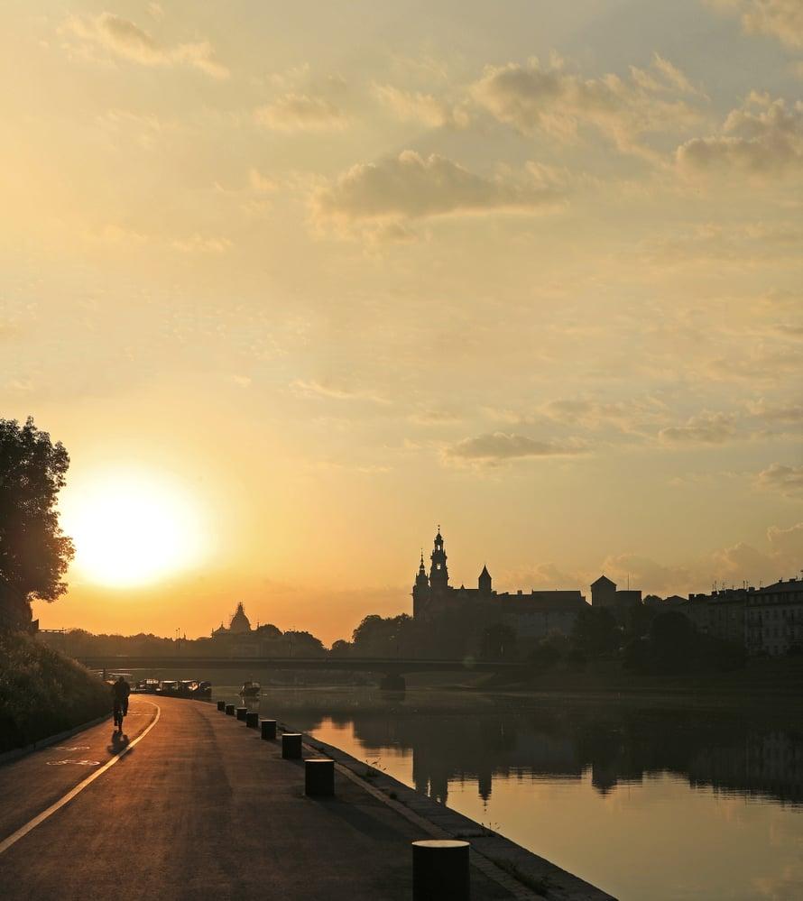 Wawelin alue Veikselin varrella on Krakovan yksi päänähtävyys. Aamulla on hiljaista.