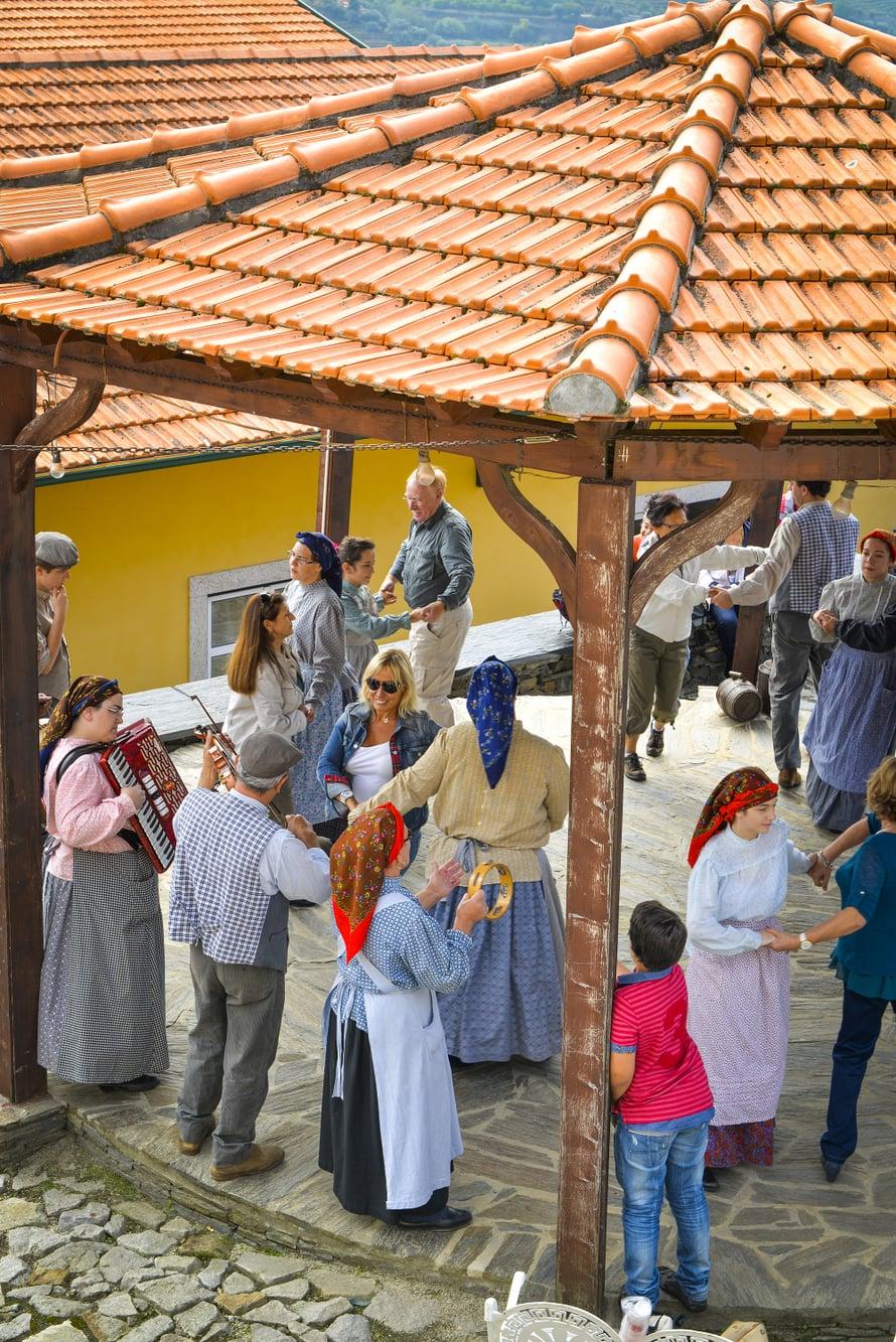 Viininkorjuujuhlassa pelimannit panevat polkaksi.
