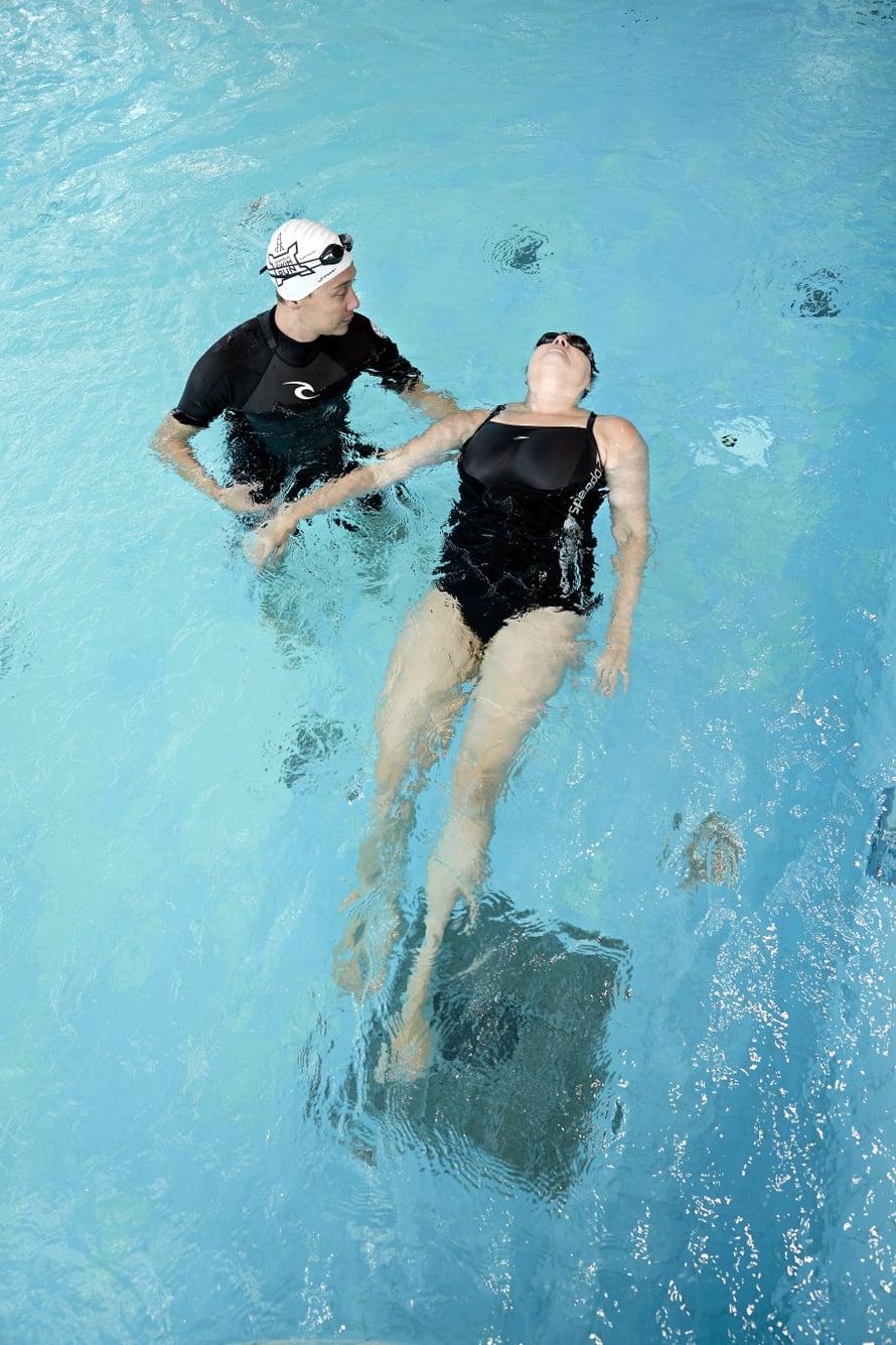 Luottamus uimaopettajaan on oppimisen edellytys. Yksityisopettajan johdolla Merja on voinut harjoitella vedessä liikkumista omaan tahtiinsa.