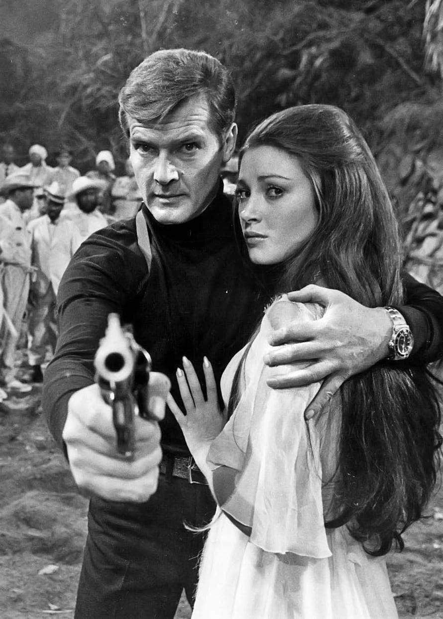 Pariskunnan lempielokuvassa Bondia esittänyt Roger Moore pelasti Jane Seymourin näyttelemän neidin 1973.