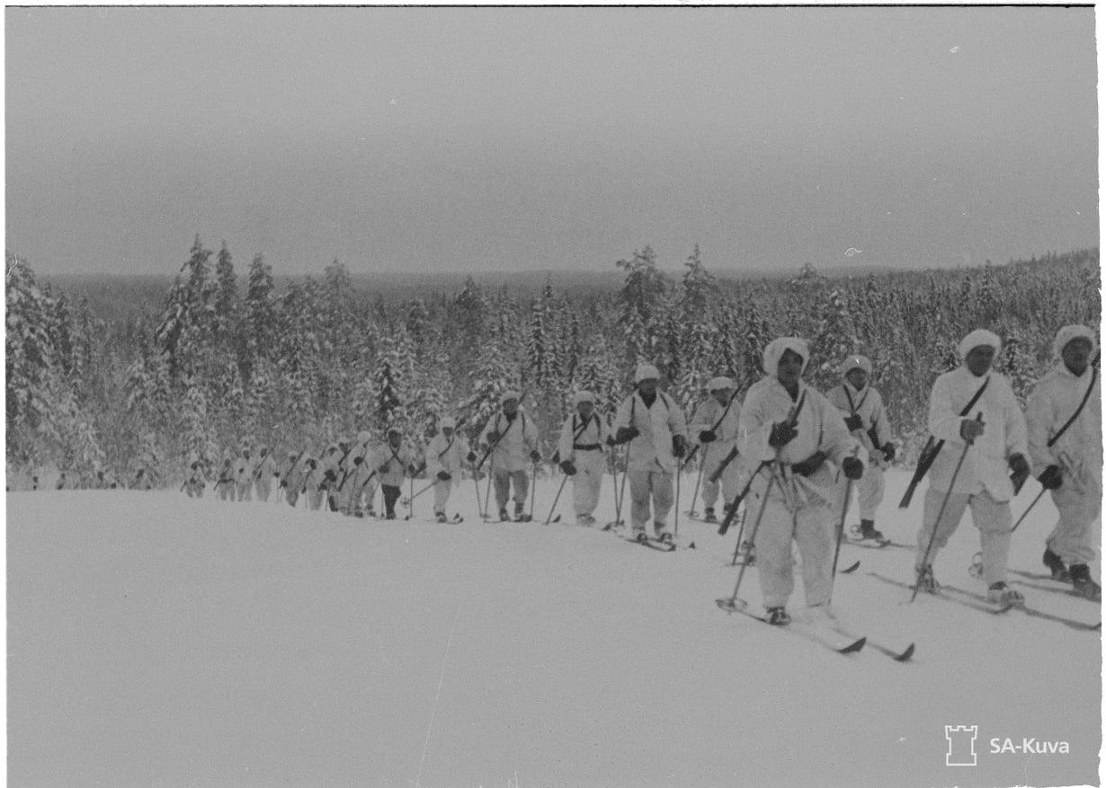 Hiihtopartio palaamassa rajan takaa Lieksan rintamalla helmikuussa 1940.