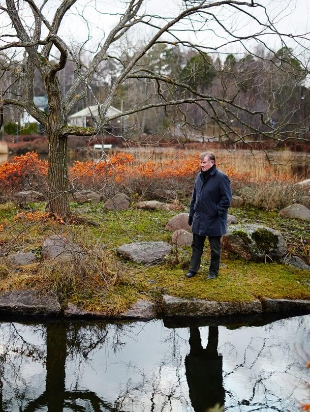 – Hyvä puisto on kaunis kaikkina vuodenaikoina, tietää Heikki Laaksonen. Taustalla loimuaa tyrnimarja.
