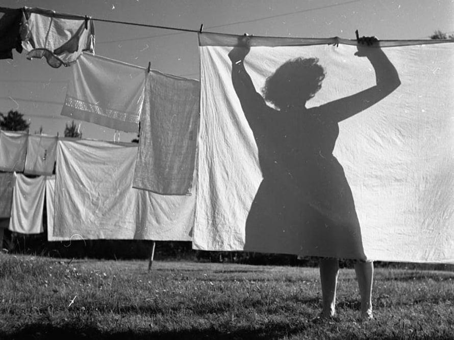 """Pyykki pestiin järven rannassa pyykkipadassa ja kuivattiin omassa pihassa. Kuva: <span class=""""photographer"""">Sanoma-arkisto / Lukijan kuva / Simo Ruuskanen</span>"""
