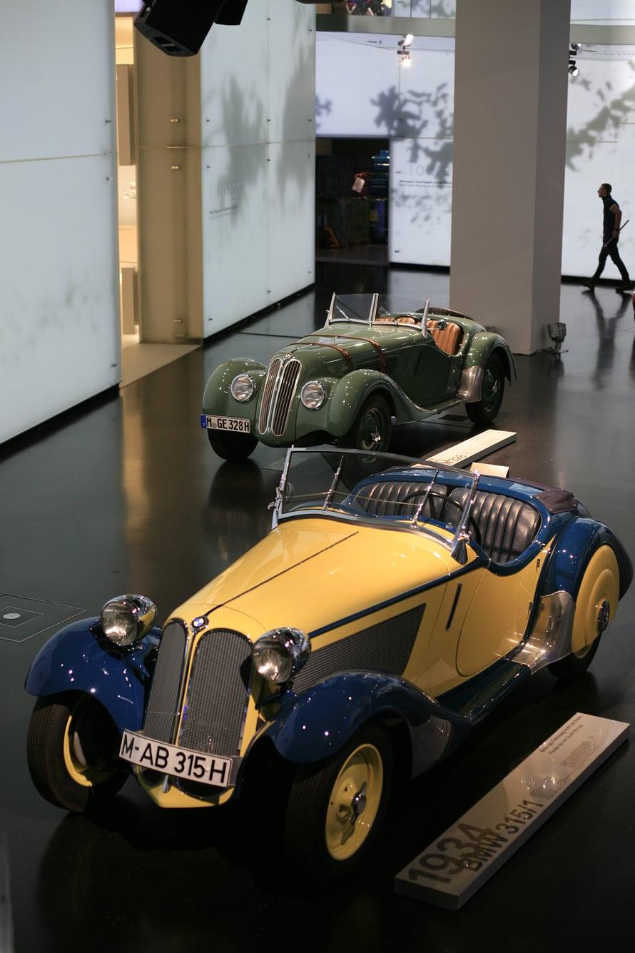 Vanhat kaunottaret ovat hienosti esillä BMW-maailmassa.