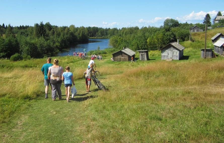 Aunuksen musiikkifestivaalit on järjestetty jo viitenä kesänä. Kuoroja, esiintyjiä ja soittajia tulee niin Suomesta kuin Aunuksen alueelta. Konserttiareena on aurinkoinen pihapiiri. On yksi kesän kuumimpia päiviä, lähes 30 astetta.