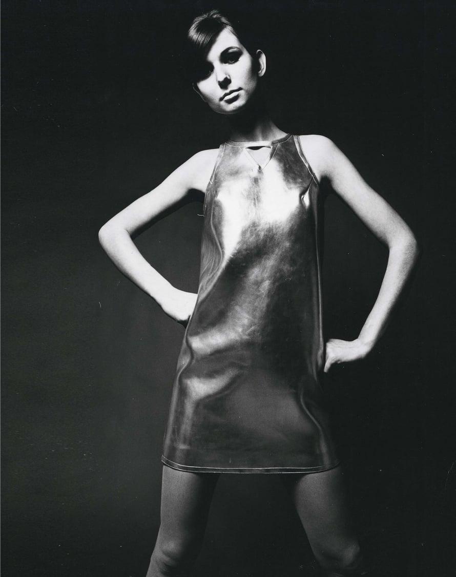 Niukassa nahkamekossa Miss Suomi 1964 Sirpa Suosmaa, joka teki uraa mallina missivuosien jälkeen.