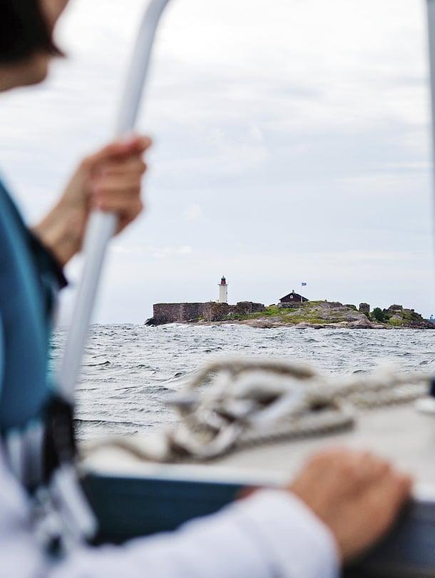 Vanhat linnoitusmuurit tuovat roson saaren silhuettiin.
