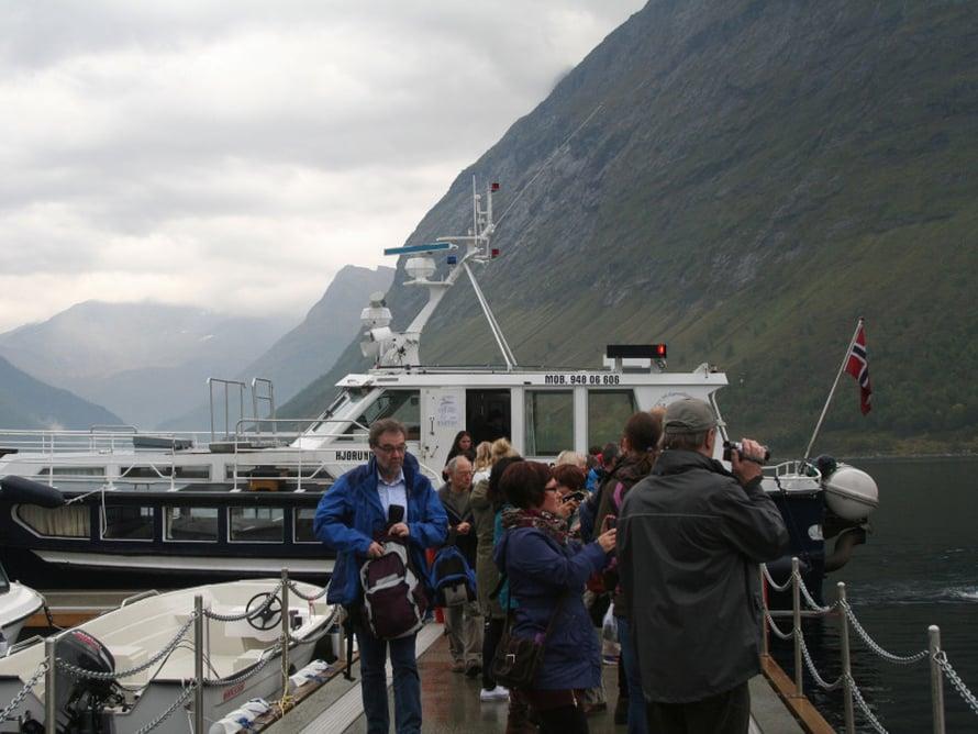 Laiva jää vuonoon ja turistit kuljetetaan pienillä veneillä Urken satamaan, josta retkibussit vievät meidät Øyen idylliseen kylään.