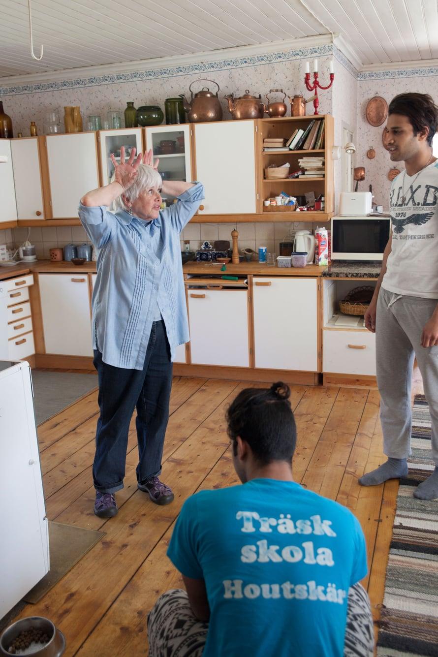 Elekieli on hyvä apuväline. Mona ja Ahmed juttelevat tilan eläimistä.