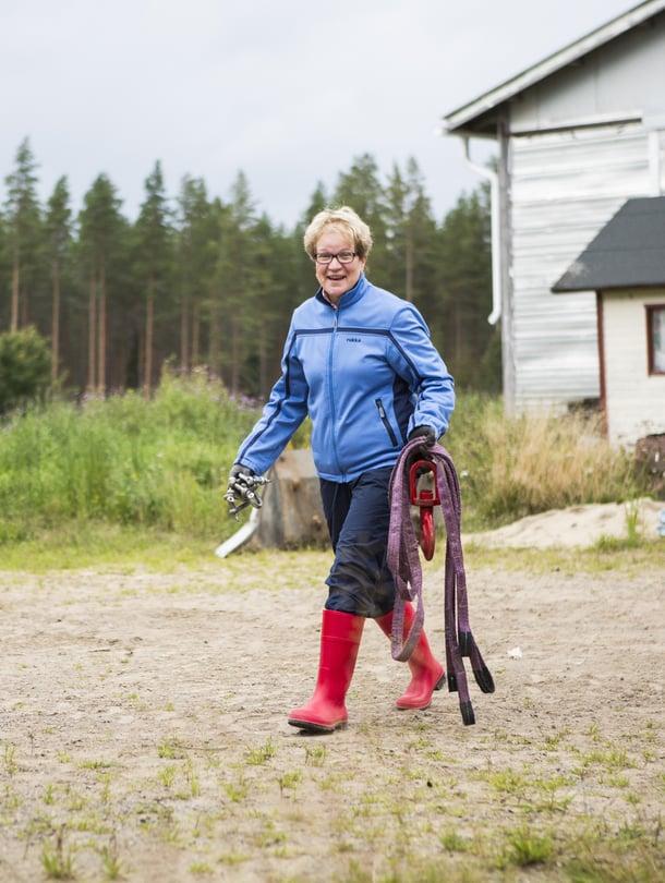 Vuokko Huumarkangas työskentelee miehensä kanssa karjatilallaan.