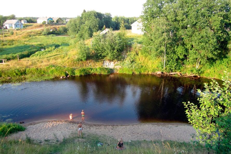 Saavumme kylää halkovalle Megrera-joelle, jonka törmällä istuu ukko tupakilla. Helteisessä kesäillassa en voi vastustaa pikaista kastautumista. Uidessa tutustun kymmenvuotiaisiin tyttöihin, jotka haluavat harjoitella kanssani englannin puhumista.