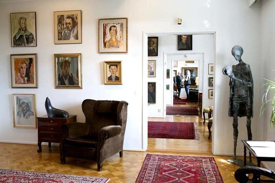 Kirpilässä on tilaa rauhoittua. Kodin isäntä, lääkäri ja taidekeräilijä Juhani Kirpilä on poistunut tästä asunnosta ja maailmasta vuonna 1988, mutta hän testamenttasi neliönsä ja yli 500 taideteostaan kotimuseoksi.