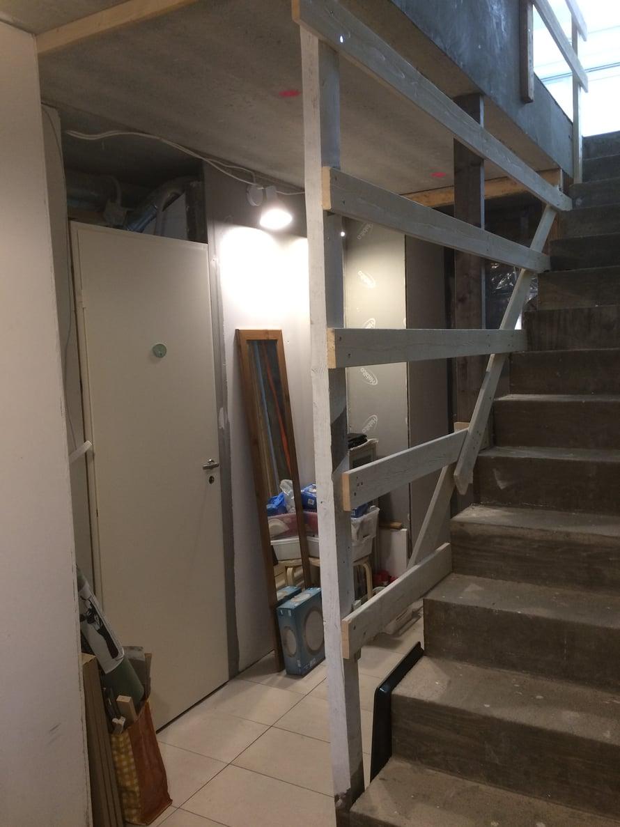 Kellarin portaikossa on väliaikainen kaide, kunnes turvalasiseinät tulevat valmistajalta.