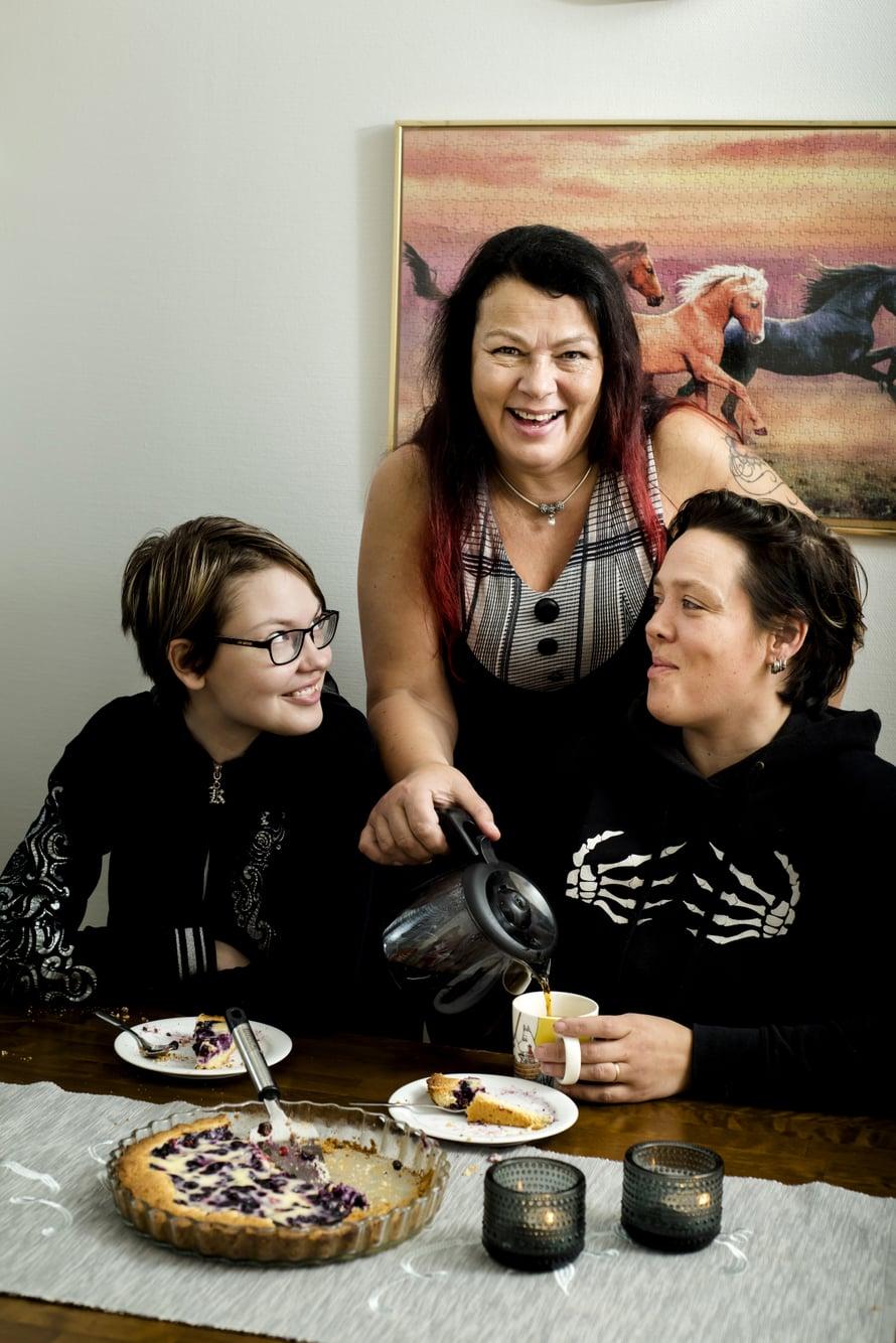Krista (vas.) rakastaa Sari-mummun leipomuksia. Niina-äiti (oik.) ei harrasta leipomista.