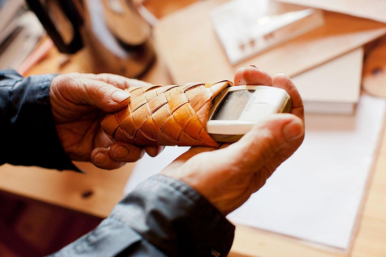 Kännykkäkotelo on kauniisti  punottu, siisti ja jämäkkä.