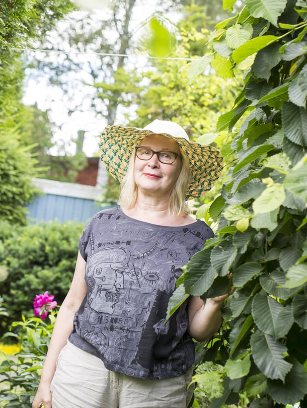 Merja Svensk on syntynyt 1956 Lappeenrannassa ja asuu Helsingissä. Merjan perheeseen kuuluvat mies, kaksi omaa lasta ja kaksi miehen lasta. Merja on julkaissut esikoisromaaninsa Kaksoissidos (Robustos) kesällä 2016.