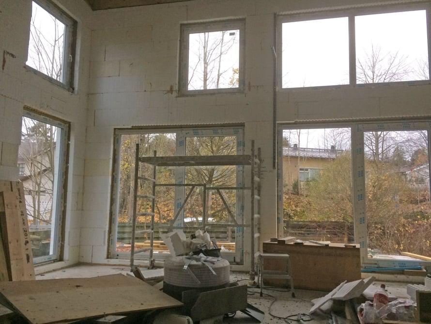 Olohuoneen ikkunat antavat etelän ja lounaan suuntaan.