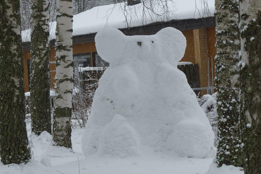 Tämä ei ole lumiukko vaan jääkarhu, kokonsa puolesta veikkaisin urokseksi. Kuka sanoi ettei meillä Suomessa ole jääkarhuja, kysyy nimimerkki Mökin muori.