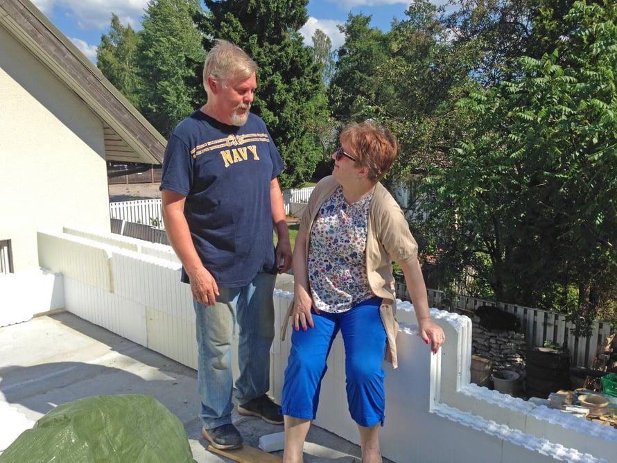 Melkein kotona. Timo ja Christina pääsevät ihailemaan ensi kertaa tulevan asuinkerroksen näkymiä.