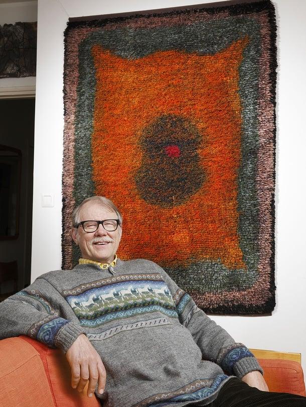 Tuomas Sopanen on kerännyt 450 ryijyn kokoelman, taustalla Uhra Simberg-Ehrströmin lämminsävyinen Kupari, 1968, malli SKY. Kuva Jaanis Kerkis.