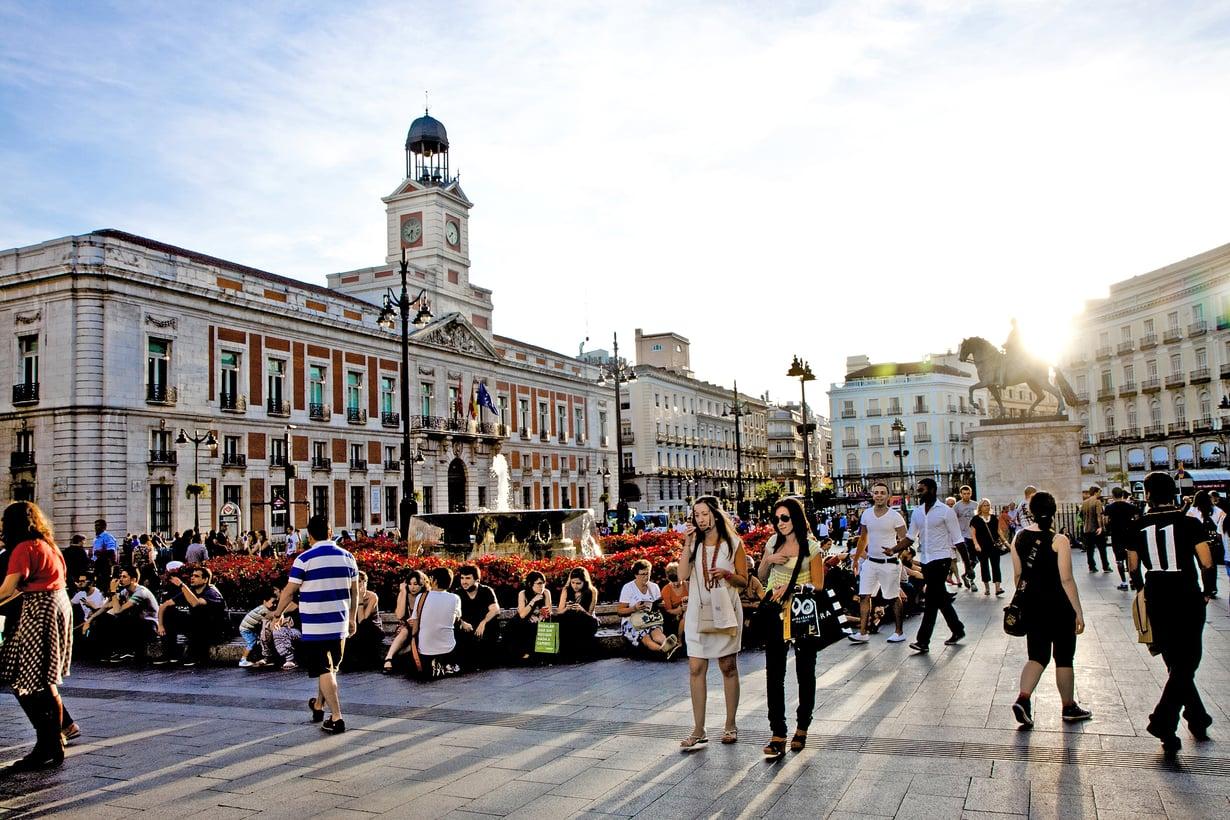 Puerta del Sol on Madridin kuhiseva keskusaukio. Siltä avautuvat vilkkaimmat ostoskadut.