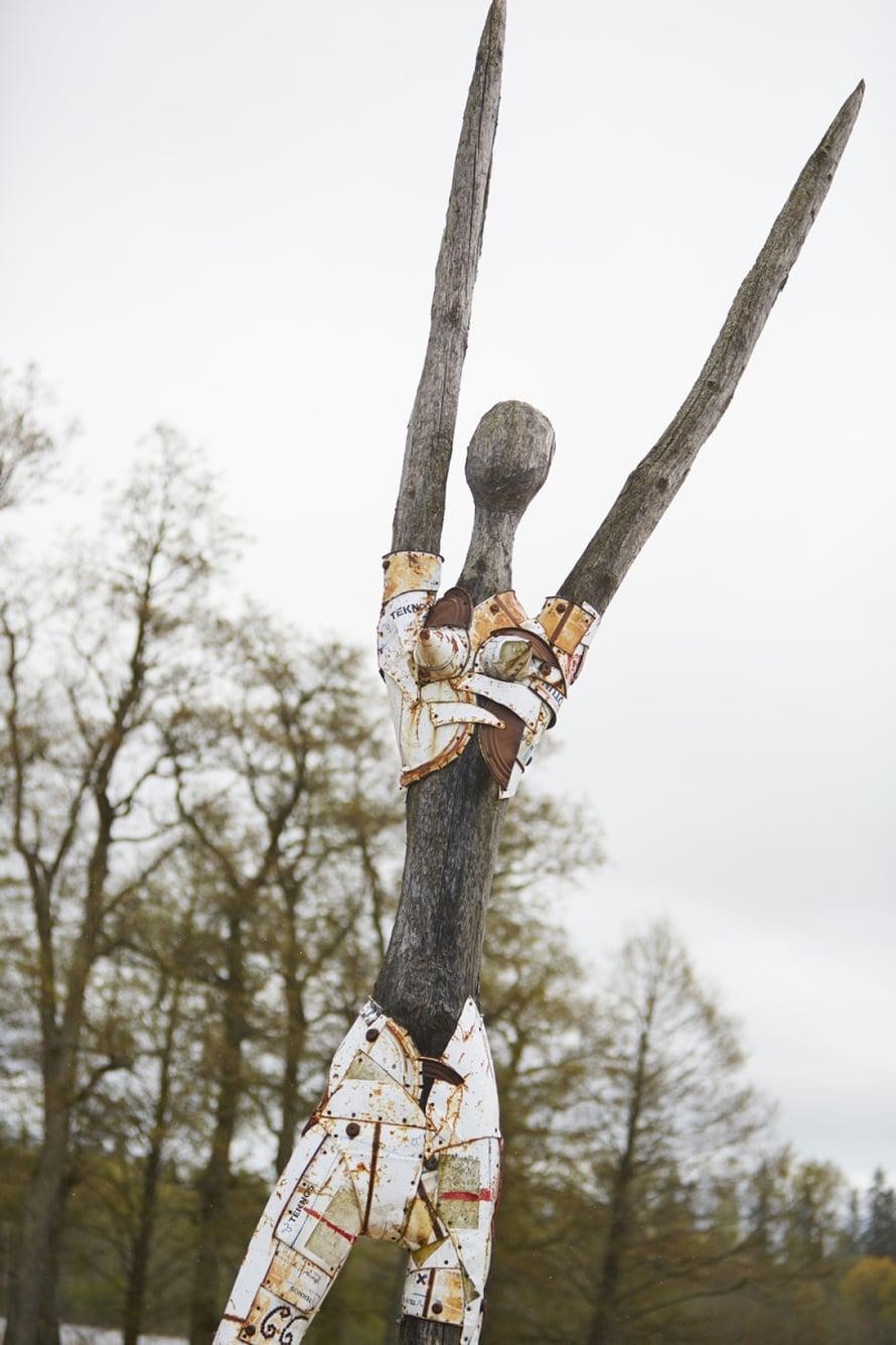 Viljandi-järven rannalla on mielenkiintoinen heinäseipäistä ja vanhoista säilyketölkeistä tehty veistos.