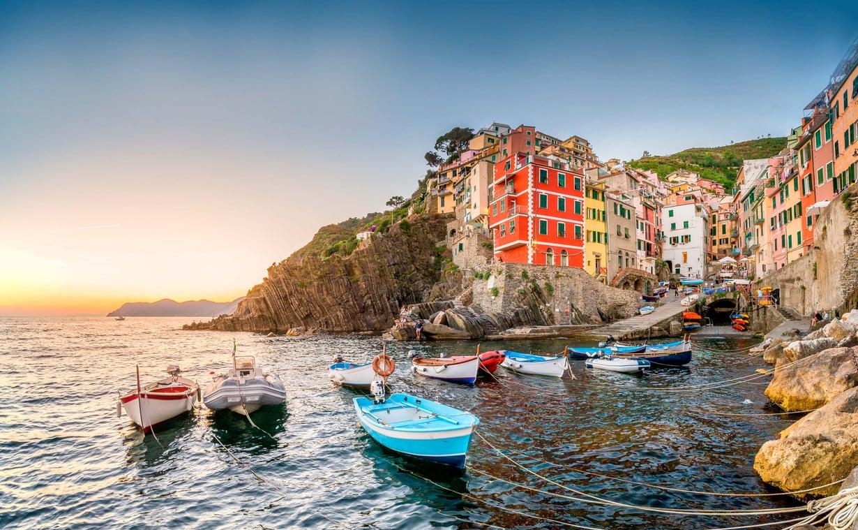 Riomaggioren satamasta voi lähteä veneretkelle.