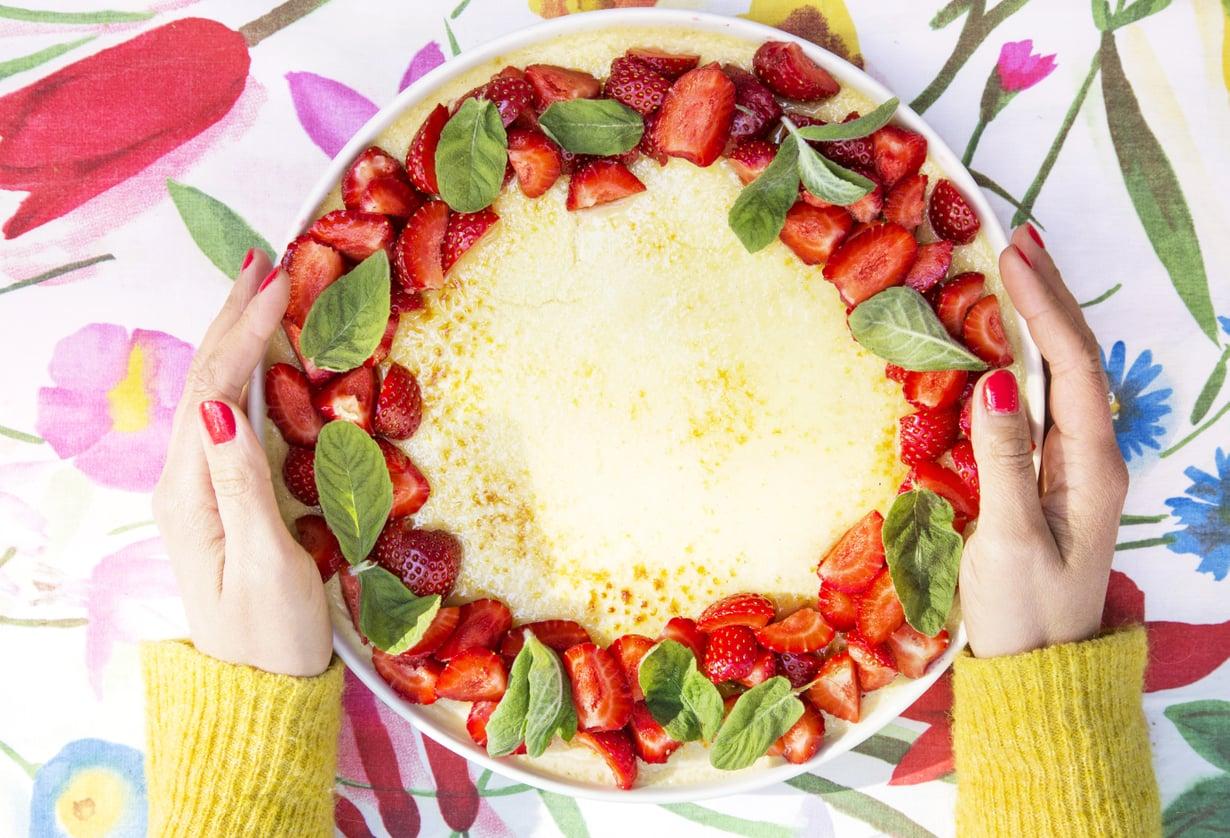 Ripottele crème brûléen reunoille sesongin mukaan tuoreita mansikoita, vadelmia tai mustikoita.