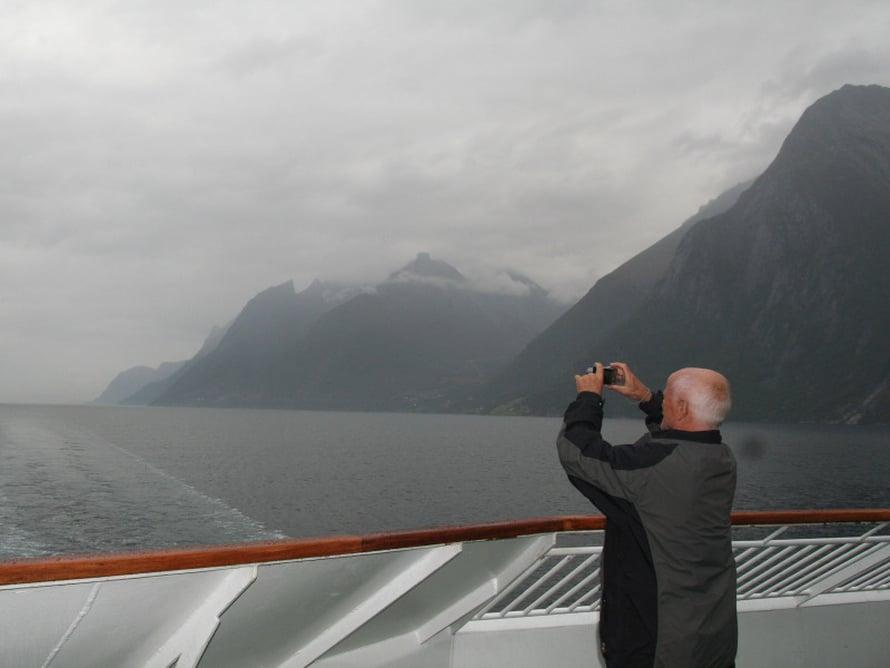 Laivan kannelta ja sisätilojen näköalakansilta pääsee hyvin ihailemaan reitin vaihtuvia maisemia.