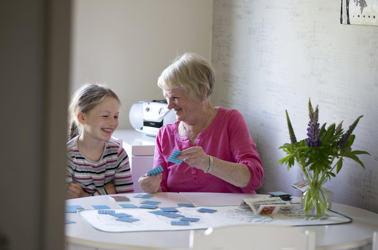 """""""Muuttaminen on minulle helppoa. Työiässä postin palveluksessa muutin monta kertaa"""", Riitta Sillanpää kertoo. Vieressä tyttärentytär Silja Niskanen."""
