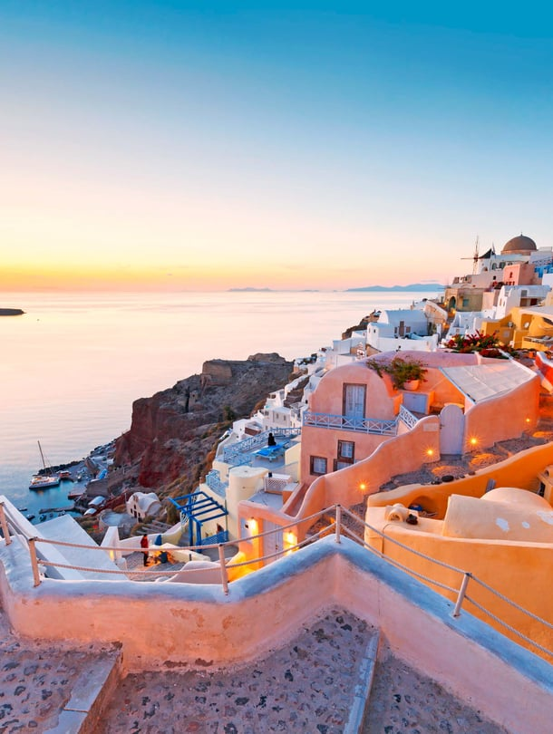 Auringonlasku Oian kylässä on Santorinin vetonaula.