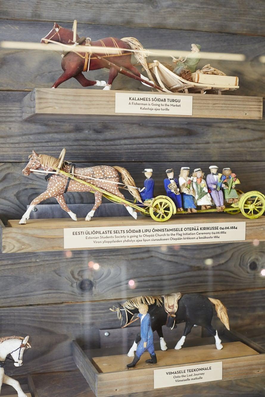 Olustveren kartanon tallissa on näytteillä 150 pientä puuveistosta hevosista ja ihmisistä eri töissä. Voldemar Luhtin teki elämäns aika yli 500 hevosveistosta. Yksityiskohtia täynnä olevat hauskat hevoset tarjoavat riemua niin lapsille kuin aikuisille.