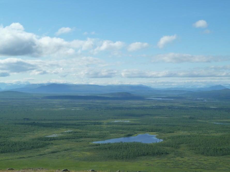 Tuntureita, metsiä ja järviä löytyy lähistöltä silmänkantamattomiin.