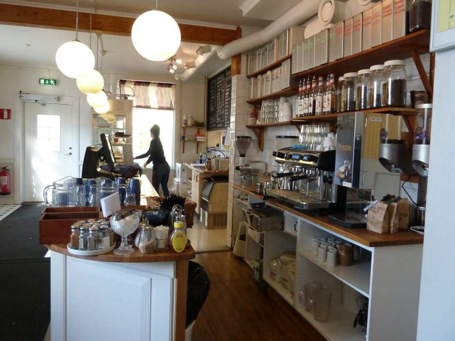 Cafe Safarissa saa Kiirunan parhaat erikoiskahvit ja leivonnaiset.
